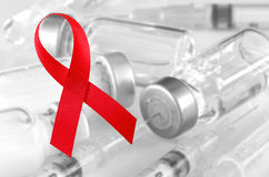 Världen bistår det röda bandtecknet för dagen med vaccinera bakgrund Tecken för Royaltyfri Bild