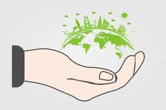 Världen i ditt handekologibegrepp Gröna städer hjälper världen med eco-vänskapsmatch begreppsidé med jordklotet och trädbakgrund royaltyfri foto
