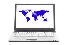 Världsöversikt på skärmen av anteckningsboken Royaltyfria Bilder
