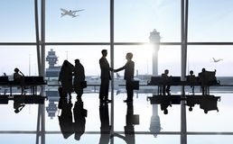 Världsaffärsfolk i flygplatsen royaltyfri bild