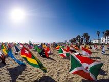 Världsflaggor i den Venedig stranden som främjar fred