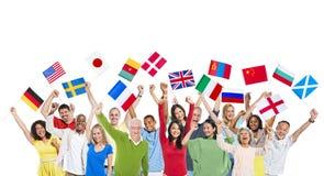 Världsfolk som rymmer deras flaggor royaltyfria foton