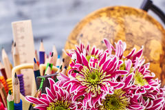 Världsjordklot, brevpapper och blommor arkivbild