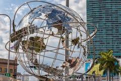 Världsjordklot i i stadens centrum Miami arkivbilder