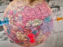 Världsjordklot med det färgrika stiftet kopiera avstånd Idéer och begreppsbruk arkivfoton
