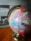 Världsjordklot med det färgrika stiftet kopiera avstånd Idéer och begreppsbruk royaltyfri bild