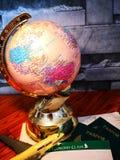 Världsjordklot med det färgrika stiftet kopiera avstånd Idéer och begreppsbruk arkivfoto