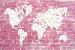 Världskarta av murbruk för vitt cement på en rosa tegelstenbakgrund Pi royaltyfri bild
