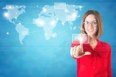 Världskarta för finger för affärskvinna rörande på a Royaltyfria Bilder