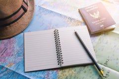 Världskarta- och blyertspennabok arkivbilder