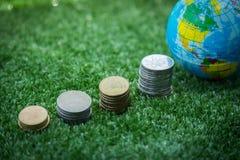 Världskarta och pengar Arkivfoto