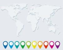 Världskarta och uppsättning av färgrika översiktspekare Royaltyfri Bild