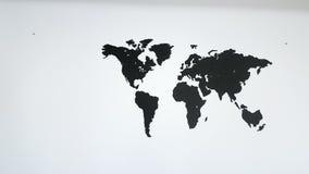 Världskarta på väggen stock video