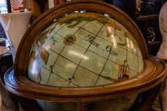 Världskarta retro jordklot, översikt arkivfoton