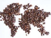 Världskarta som är ordnad från bruna kaffebönor Fotografering för Bildbyråer