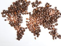 Världskarta som är ordnad från bruna kaffebönor Arkivfoton