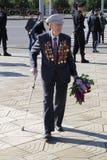 Världskrig II Vetrans ankommer på den Chisinau minnesmärken Royaltyfri Fotografi