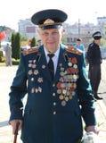Världskrig II Vetrans ankommer på den Chisinau minnesmärken Arkivbilder