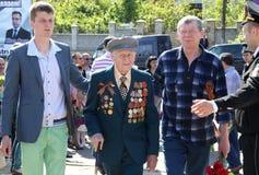 Världskrig II Vetrans ankommer på den Chisinau minnesmärken Royaltyfria Bilder