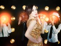 Världsstjärnakvinna som poserar till paparazzi Fotografering för Bildbyråer