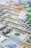 Världsvalutabegrepp: Closeup av europén och USA hårda Curr Royaltyfri Bild