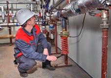 Värma övervakar teknikerer mått i kokkärlrummet royaltyfri bild