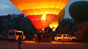 Värma en röd och gul ballong för varm luft i Cappadocia stock video