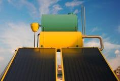 värmande upp varmt sol- vatten Arkivfoton