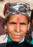 Värme av den nepalese kvinnan, västra Nepal nära den Kolti byn Royaltyfria Bilder