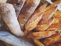 Värme bröd i korgen Royaltyfri Fotografi