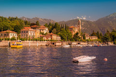 Värme den soliga aftonen på sjön Como, Tremezzo, Italien, Europa royaltyfri fotografi