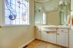 Värme det lilla badrummet med den stora idén för fönsterbehandling Royaltyfri Fotografi