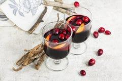 Värme funderat vin med citruns, tranbär och kryddor med woode Arkivfoto