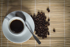 Värme koppen av ciffee på brun bakgrund Arkivfoto