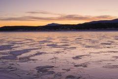 Värme signaler av iskalla Abraham Lake Arkivbilder