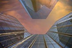 Värme unset över moderna byggnader Arkivfoto