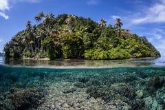 Värme vatten och den tropiska ön Royaltyfria Foton