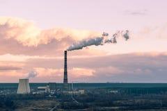 Värmekraftverk på höstsolnedgång Arkivbilder