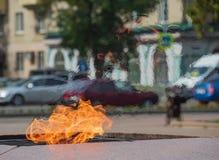 Värmer flammor för motorisk transport för trafik för bakgrund för gata för stad för stad för monument för monument för händelse f arkivfoto