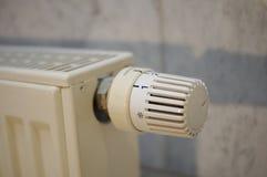 Värmeregulator på en tysk värmeapparat i detalj Arkivfoto