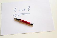 Väsentlighet för handstil för förälskelsebokstav med den röda pennan Arkivbilder
