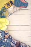 Väsentlighet som går till stranden på sommartid över en träbakgrund Fotografering för Bildbyråer