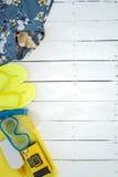 Väsentlighet som går till stranden på sommartid över en träbakgrund Arkivbild