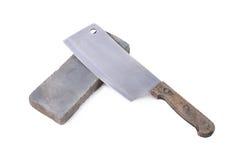 Vässa eller honing en kniv på en waterstone, slipsten på royaltyfria bilder