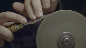 Vässa kniven på att vässa maskinen stock video