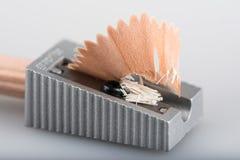Vässad och vit blyertspenna Arkivbild