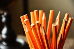 Vässade gula blyertspennor stänger sig upp royaltyfri bild
