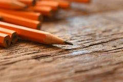 Vässade gula blyertspennor stänger sig upp arkivfoton