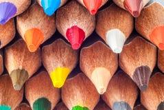 vässade kulöra blyertspennor täta blyertspennor upp måla klart till Royaltyfria Bilder