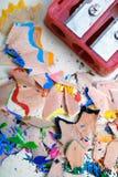 Vässare och kulöra blyertspennashavings arkivbild